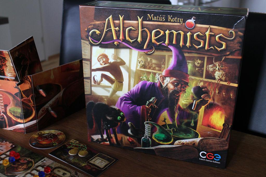 Alchemists-kansi tuo mieleen erään pohjoisessa asustavan risupartaisen ystävän... enkä tarkoita tällä Joulupukkia.