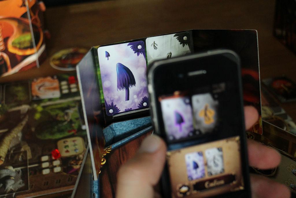 """Tässä """"skannataan"""" kahta ainesosakorttia. Puhelimen näytön alareunassa näkyy, että laite on kortit tunnistanut. Ja kun painetaan 'Confirm'..."""