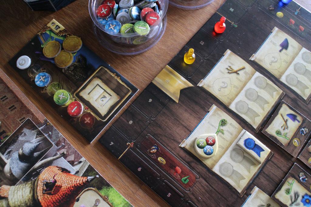 Sininen pelaaja on tehnyt tieteellisen julkaisun, jossa vihreän yrtin molekyylirakenteeksi on tullut +++. Vasemmalta samaisen pelaajan apulauta kertoo, että pelaaja on onnistunut sekoittamaan sinisen ja vihreän juoman positiivisella varauksella, mutta ei punaista. Onko päättely oikein, vedetäänkö bluffilla vai osin arvaamalla? Se jää muiden pelaajien pohdittavaksi.