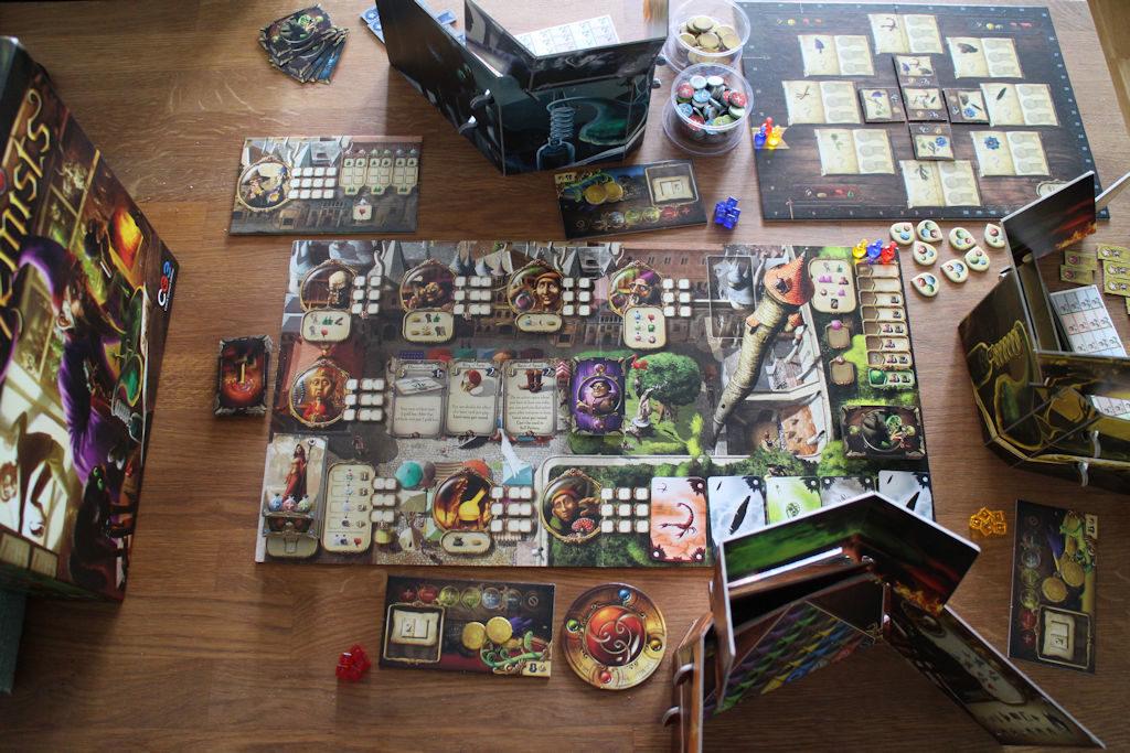 Alchemists vie reilusti pöytätilaa. On varsinainen pelilauta, apulauta julkaisuja varten, pienempiä pelaajakohtaisia apulautoja, nappuloita ynnä muita sekä pelaajien isot näkösuojat.