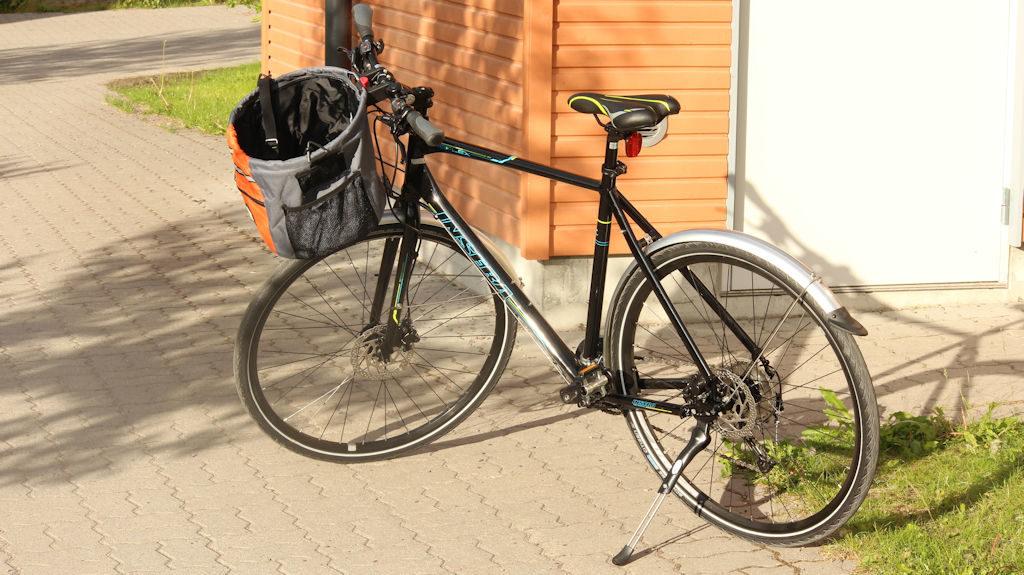 Polkupyörä koirankuljetuskori asennettuna.