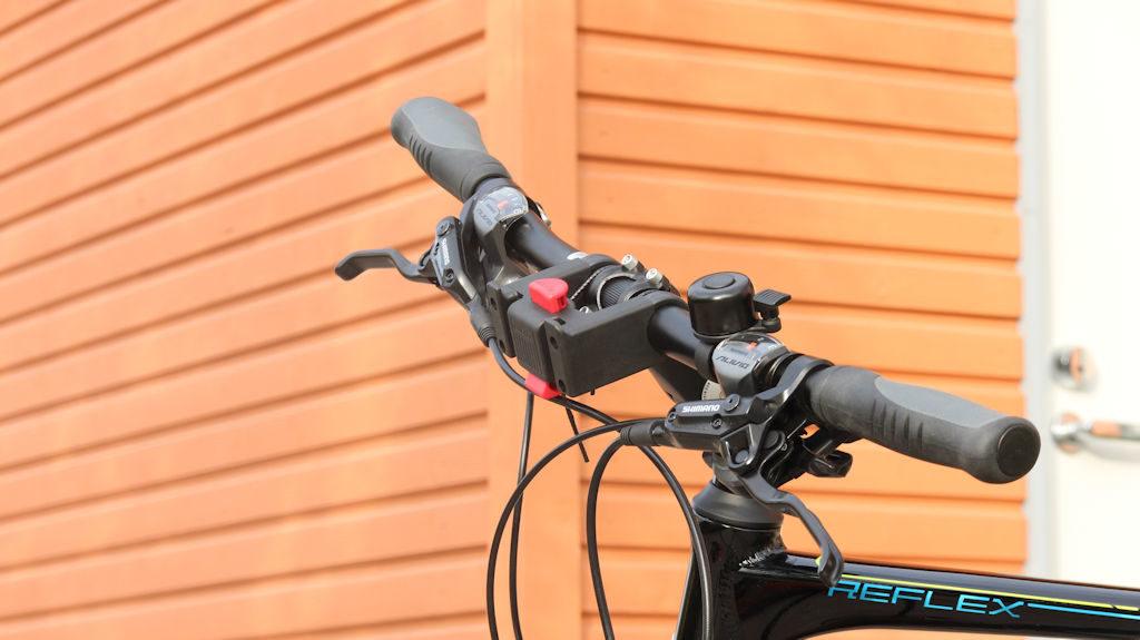 Polkupyörän ohjaustanko ilman koria - teline johon kori kiinnitetään on pieni ja huomaamaton.