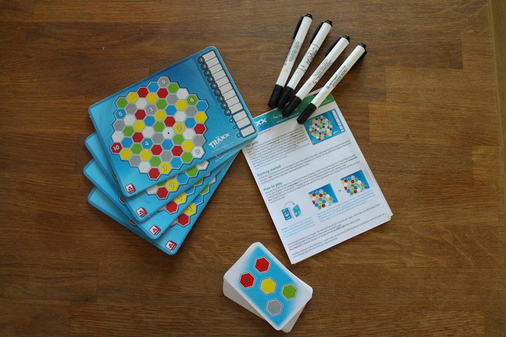 Pelin komponentit: neljä pelilauttaa ja tussia, lyhyet säännöt ja 15 korttia.