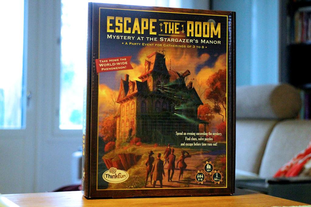 Escape the Room: Mystery at the Stargazer's Manor -pelilaatikko tuo mieleen 90-luvun tietokonepelien laatikot... hyvällä tavalla.