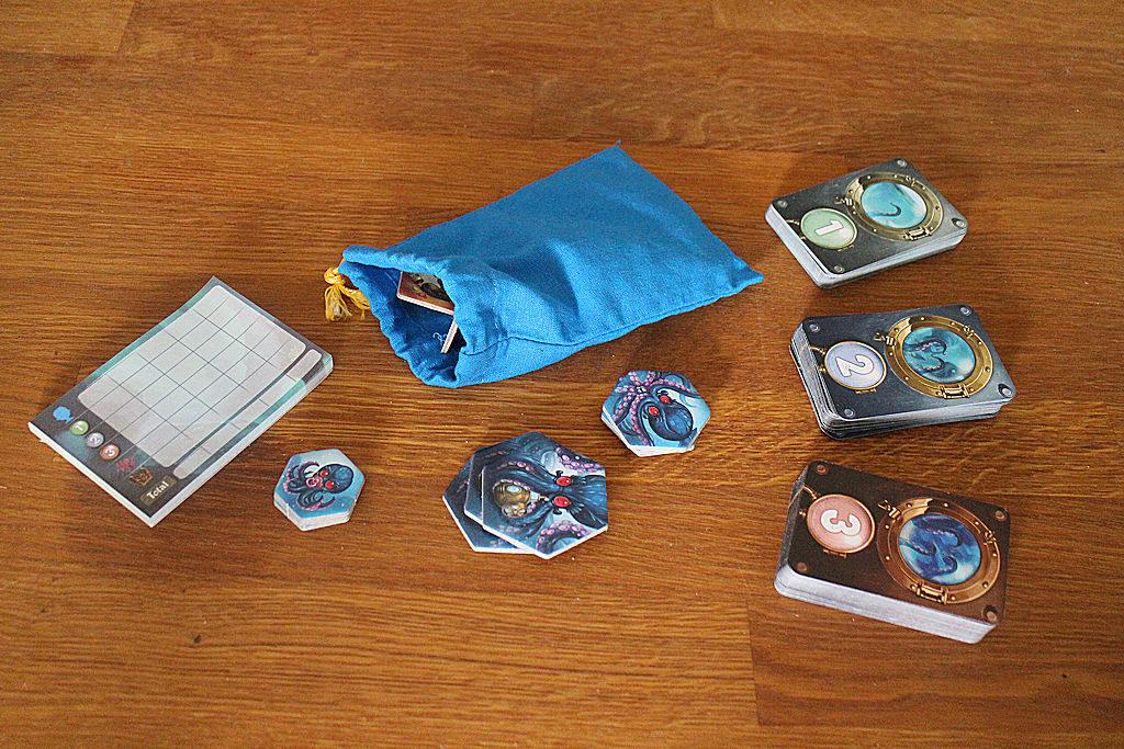 Kolme eri pakkaa kortteja ja kolme hirviölaattapinoa pelin kolmelle pelikierrokselle. Lisäksi pussillinen aarrelaattoja ja pistelaskuvihko.