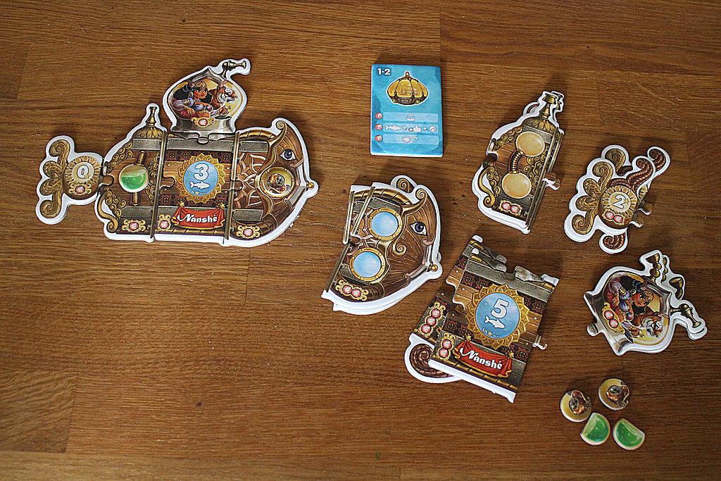 Keltaisen pelaajan komponentit. Vasemmalla sukellusvene pelin alussa, oikealla päivityskomponentit: on parempaa peräsintä, isompaa moottorihuonetta tai eläinvarastoa sekä sukeltajatilaa, unohtamatta useampaa periskooppia parempaa näkyvyyttä takaamaan.