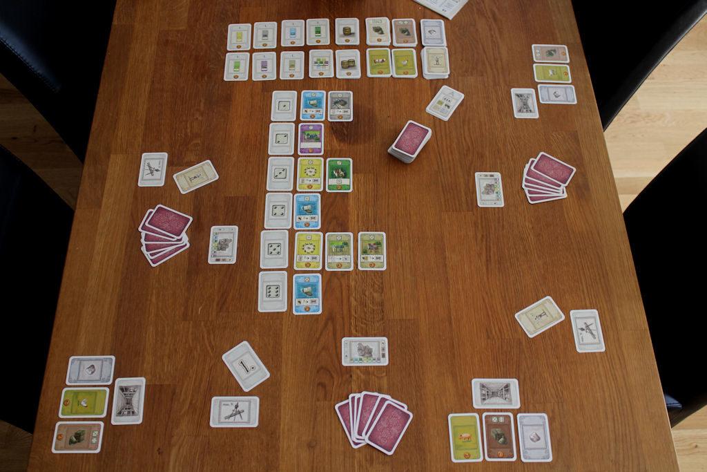 Kompaktista pelilaatikosta ja korttipelistä huolimatta itse pelaaminen vaatii enemmän tilaa kuin moni lautapeli. Toisaalta... ei ihan ensimmäinen kerta kuin näin käy.