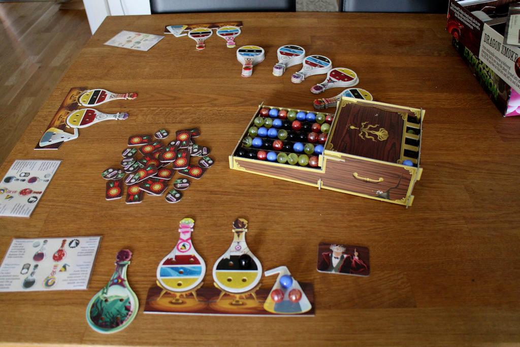 Kolmen pelaajan peli aloitettu, ensimmäinen pelaaja on vuoronsa pelannut.