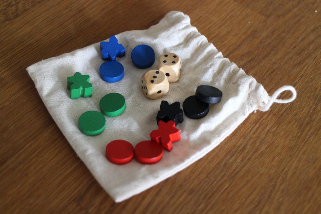 Pelin komponentit säilyvät kangaspusseissa, joita tulee viisi pelin mukana. Pienempään menevät mukavasti nopat ja pelaajakohtaiset markkerit, isompiin sitten rakennuspalat.