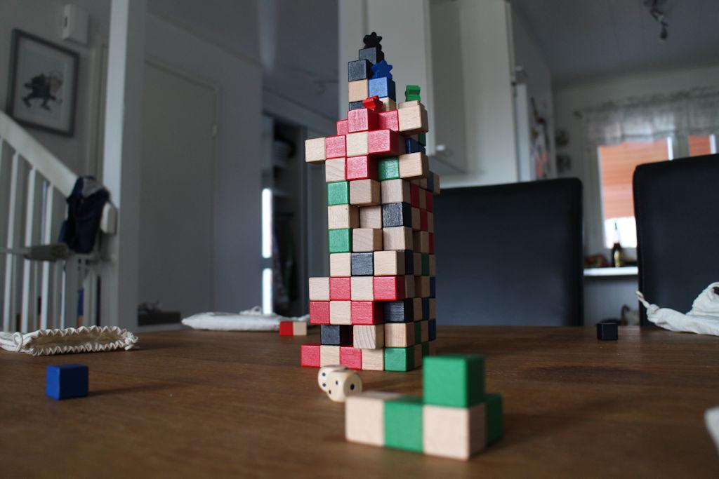 Viimeistä kierrosta viedään. Torni on korkea ja hutera, mutta niin vain mustan pelaajan kiipeilijä on rakennelman huipulla.