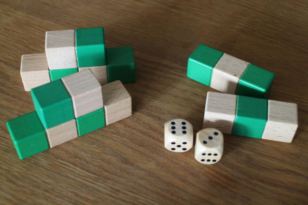 Vihreä pelaaja heitti vuorollaan 3 ja 6. Joten joku kuvan rakennuspalasista pitäisi rakentaa...