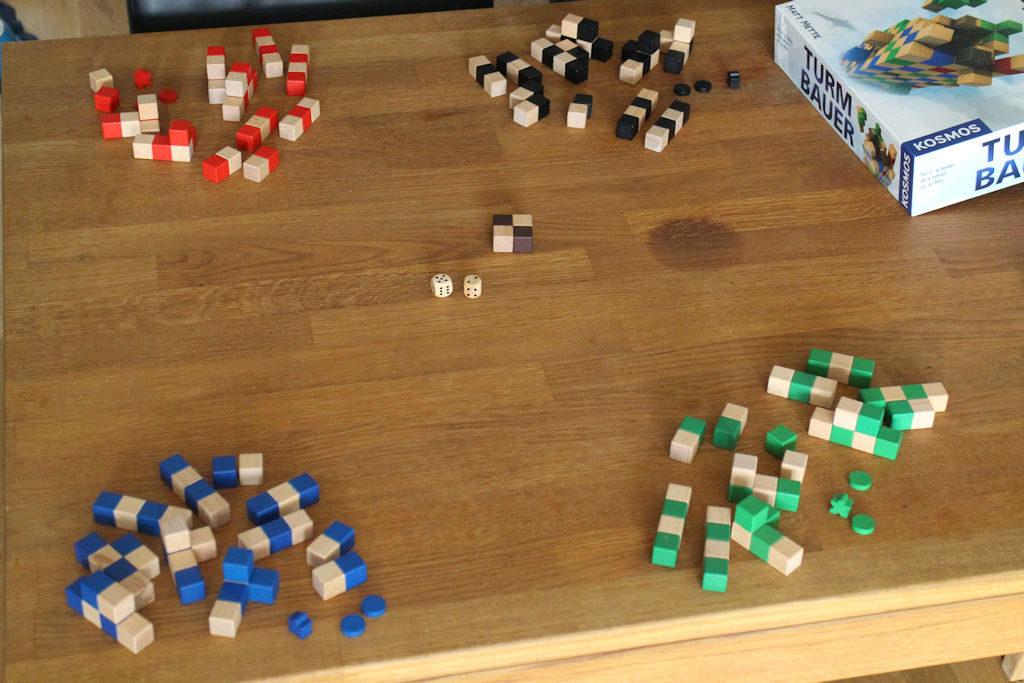 """Näistä lähtöasetelmista peli alkaa: keskellä tulevan rakennelman """"perustukset"""" eli 2x2 aloituspala."""