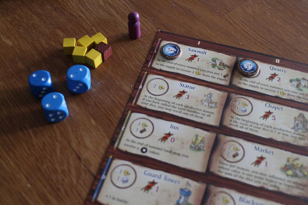 Kingsburg-lisäosan mukana tulevissa pelaajalaudoissa on pari ylimääräistä rakennusträckiä, jotka antavat mahdollisuuksia vaihtoehtostrategioihin. Paljon on kultaa, mutta 'kuninkaan avusta' (violetti puu-ukko) päätellen ei pelin alku ole mennyt välttämättä ihan putkeen...