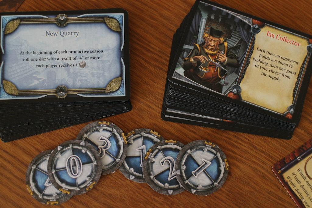 Lisäosan kolme modulia tarkastelussa: sinisen pakan tapahtumakortit ovat vuoden voimassa. Henkilökortit sisältävät pelaajakohtaisia etuja läpi pelin. Pyöreillä sotavoima-lätkillä korvataan nopalla heitettävä kuninkaan apu.