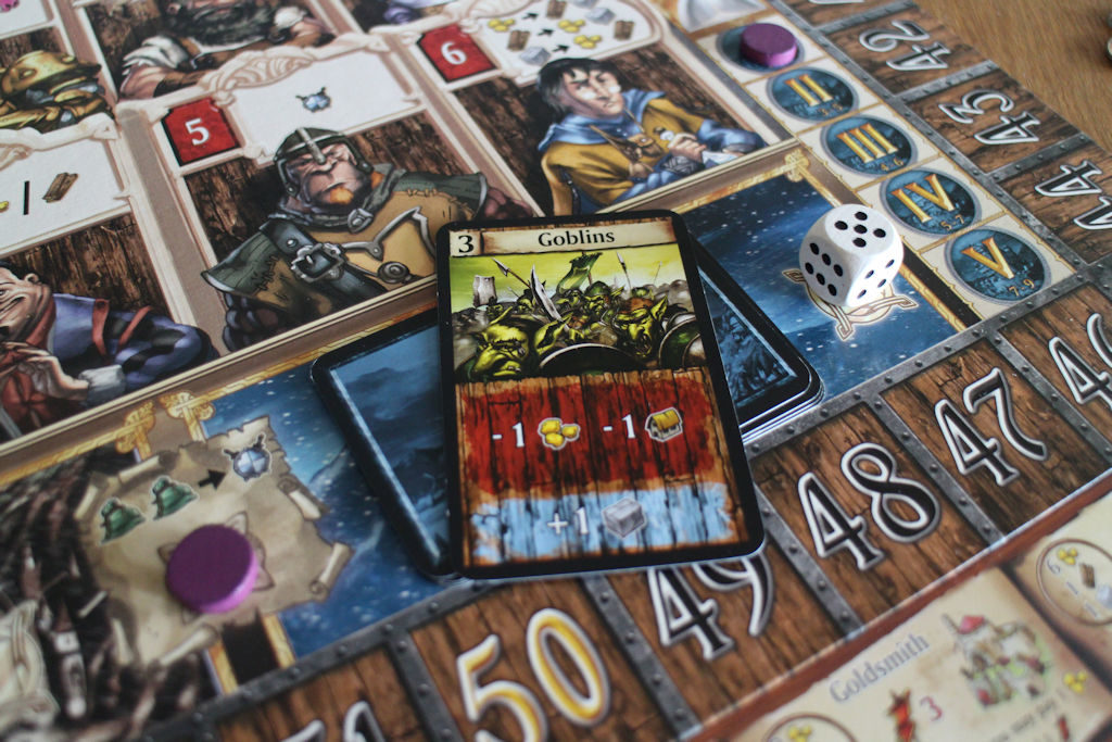1. Vuoden päätteeksi Goblinit (hyökkäysvoima 3) iskevät. Valkealla nopalla heitetty kuninkaan apujoukot, jotka jo yksin riittävät päihittämään heikot goblinit. Palkkioksi kaikille kiviresurssi. Jee!