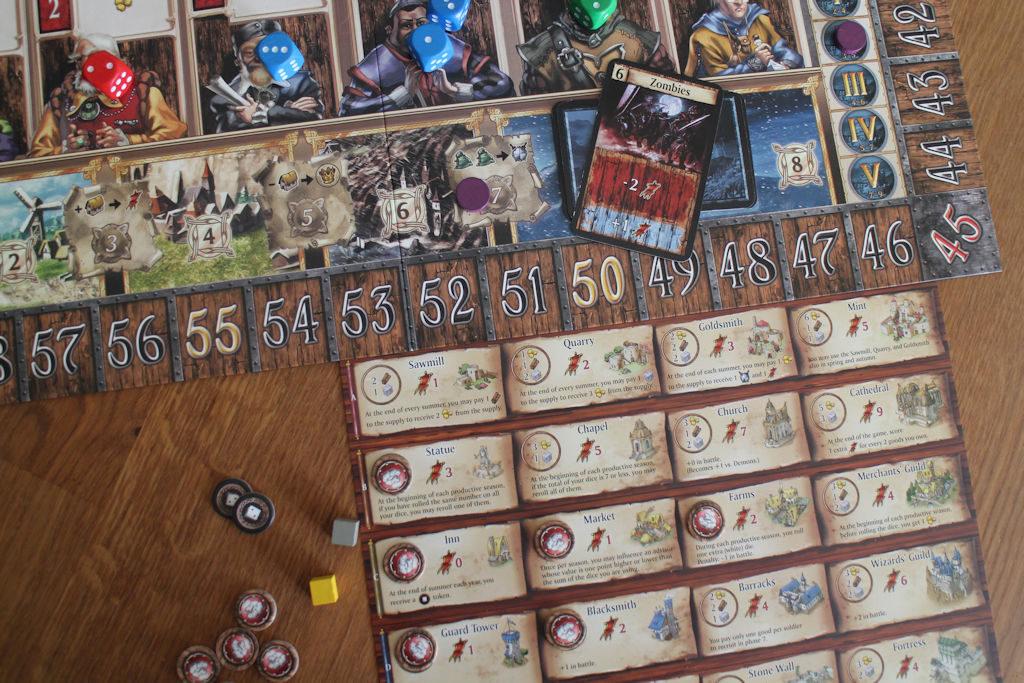 Zombit (hyökkäysvoima 6) käyvät päälle. Punaisella pelaajalla rakennukset antavat lopulta puolustukseen vain +1, joten kuninkaan apujoukkojen oltava varsin väkevät tai muuten hukka perii.