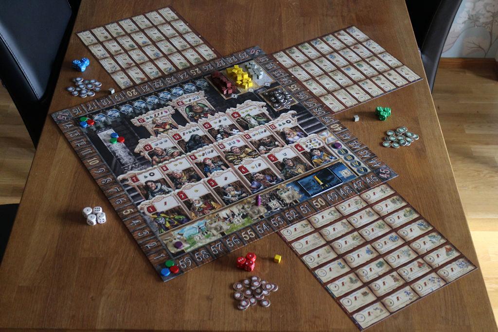 Yleiskuva pelistä, mikä kertoo hyvin sen, että pöytätilaa Kingsburg vaatii paljon.