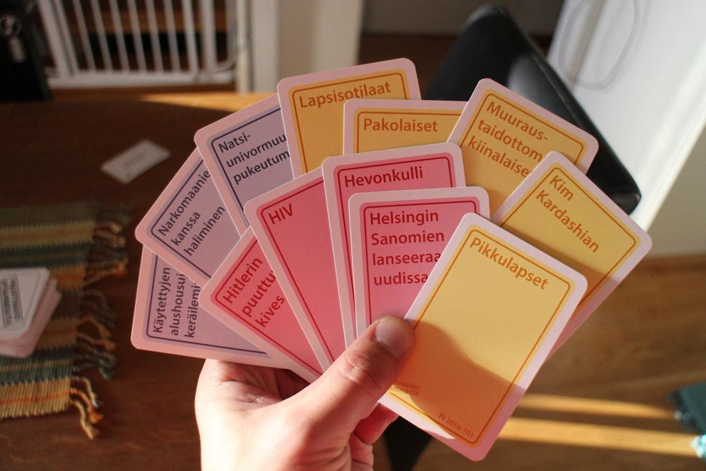 """Esimerkkikattaus pelaajan käsikorteista: näistä valinta """"sopivaksi"""" vastaukseksi."""