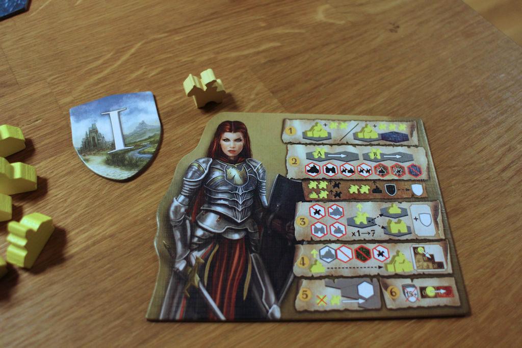 Keltaisen pelaajan lunttilappu eri toimintovaihtoehdoista. Näyttää pikavilkaisulla sekavalta, mutta kun ikonien ja värien käytön selittää, niin lunttilapussa on koko pelin säännöt.