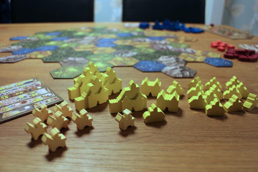 Pelaajan puunappulat: tämän muotoisiin komponentteihin en ole ennen törmännyt.