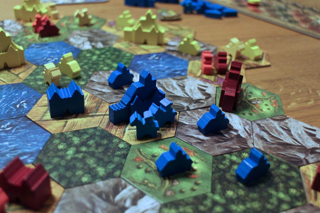 Sinisen pelaajan kaupunki on muiden pelaajien puristuksissa. Tässä pelissä kaupungit ja linnoitukset ovat kuitenkin muilta suojassa, huolta herättävät ainoastaan yksittäiset ritarit ja kylät, joiden suojelusta täytyy pitää huolta.