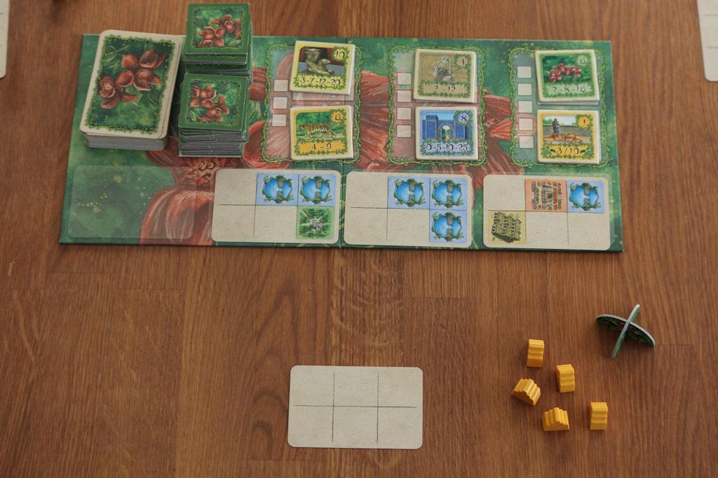 Ensimmäinen kierros alkamassa. Aloittajalla kävi nyt korttituuri: keskimmäinen kortti on itsessään jo erinomainen.