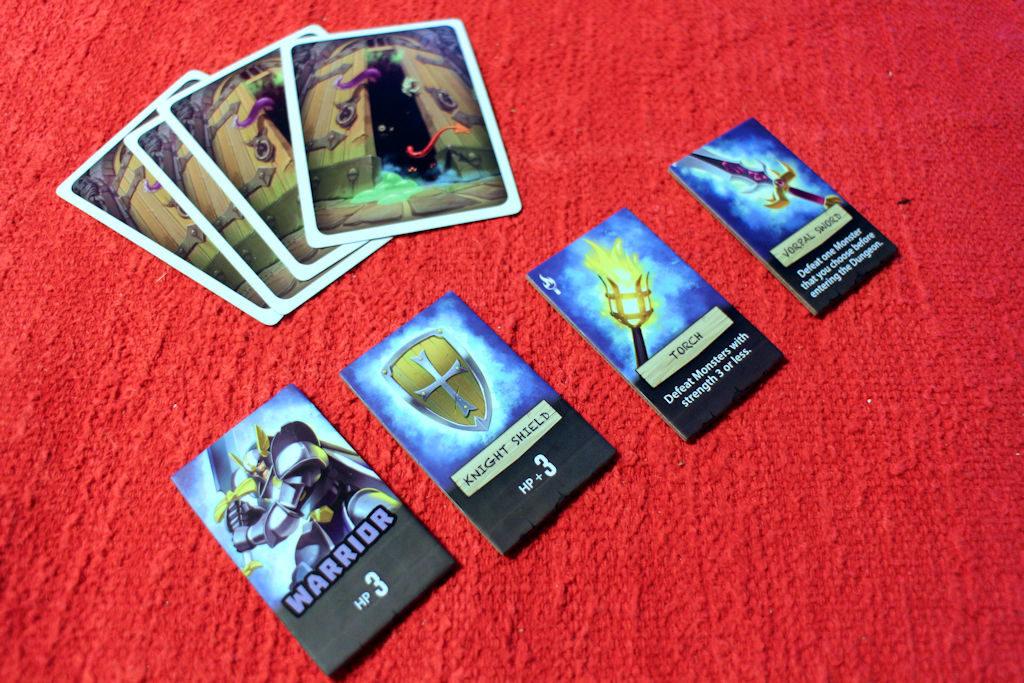 Hirviöpakassa neljä korttia. Sankarillamme enää kolme varustetta: osumapisteitä yhteensä 6, hirviöt väliltä 1-3 saa kukistettua soihdulla ja yhden monsun saa kukistettua tikarilla, mutta hirviö pitää nimetä ennen luolaan menoa.