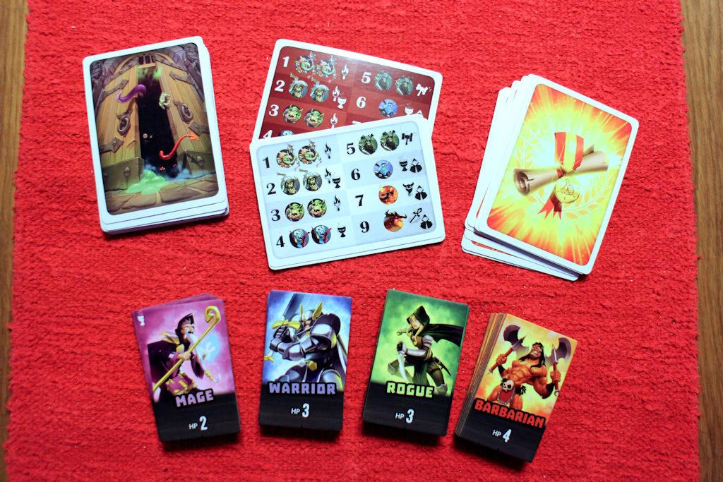 Hirviöpakka, lunttilaput pelaajille ja voittopistepakka sekä neljä eri sankaria apuvälineineen.