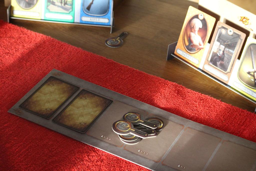 Pelin apulauta, jossa viiden hengen pelissä kaksi korttia kaikkien tutkittavaksi. Niin ja muutama ylijäämä-suurennuslasimerkki.