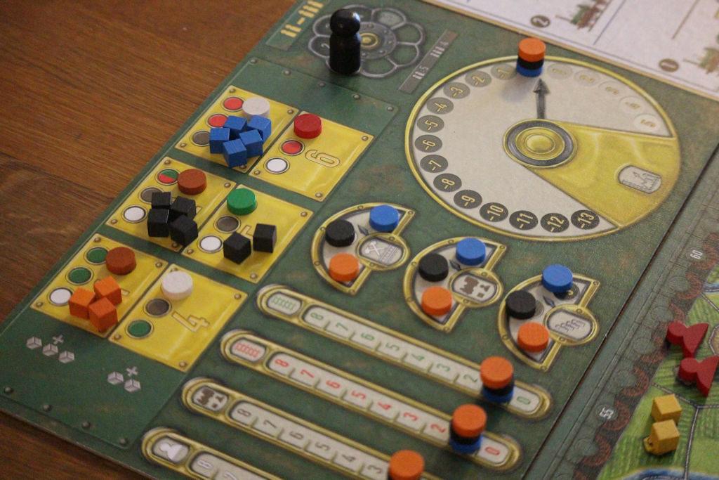 """Huutokauppa meneillään (apulaudan keltaiset ruudut). Muut """"mittarit"""" kertovat pelaajien vuorojärjestyksen eri vaiheissa ja paljonko toimintoihin on käyttää pisteitä."""