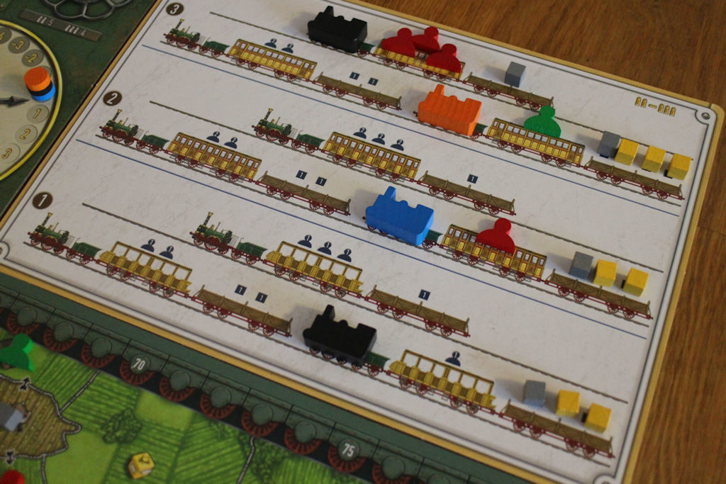 Juna-apulaudalta vuokrataan junat ja sinne nostellaan poimitut resurssikuutiot ja matkustajat.