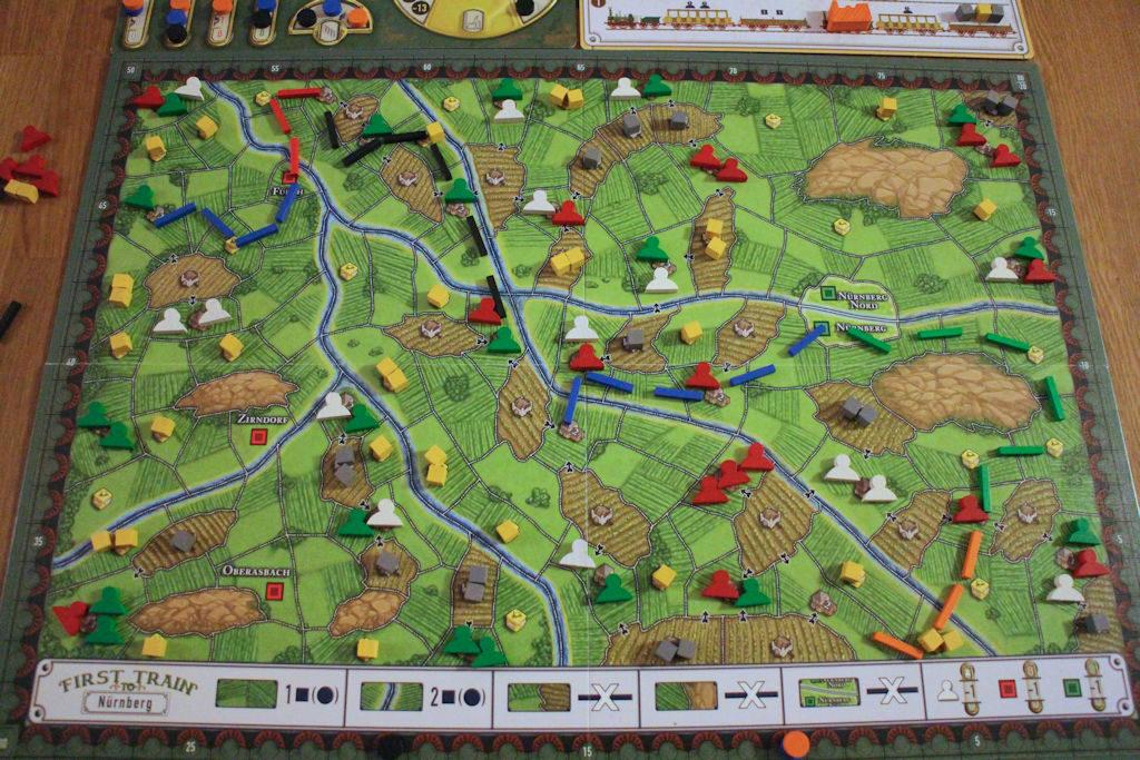 Kahden pelikierroksen jälkeen: Reitti Nürnberg-Fürth on miltei valmis - siitä tarjolla lisäpisteitä. Huomattavaa myös, kuinka myös vihreän junayhtiön rataverkosto on laajentunut oranssin pelaajan konvertoitua omaa rataansa pois isosti.