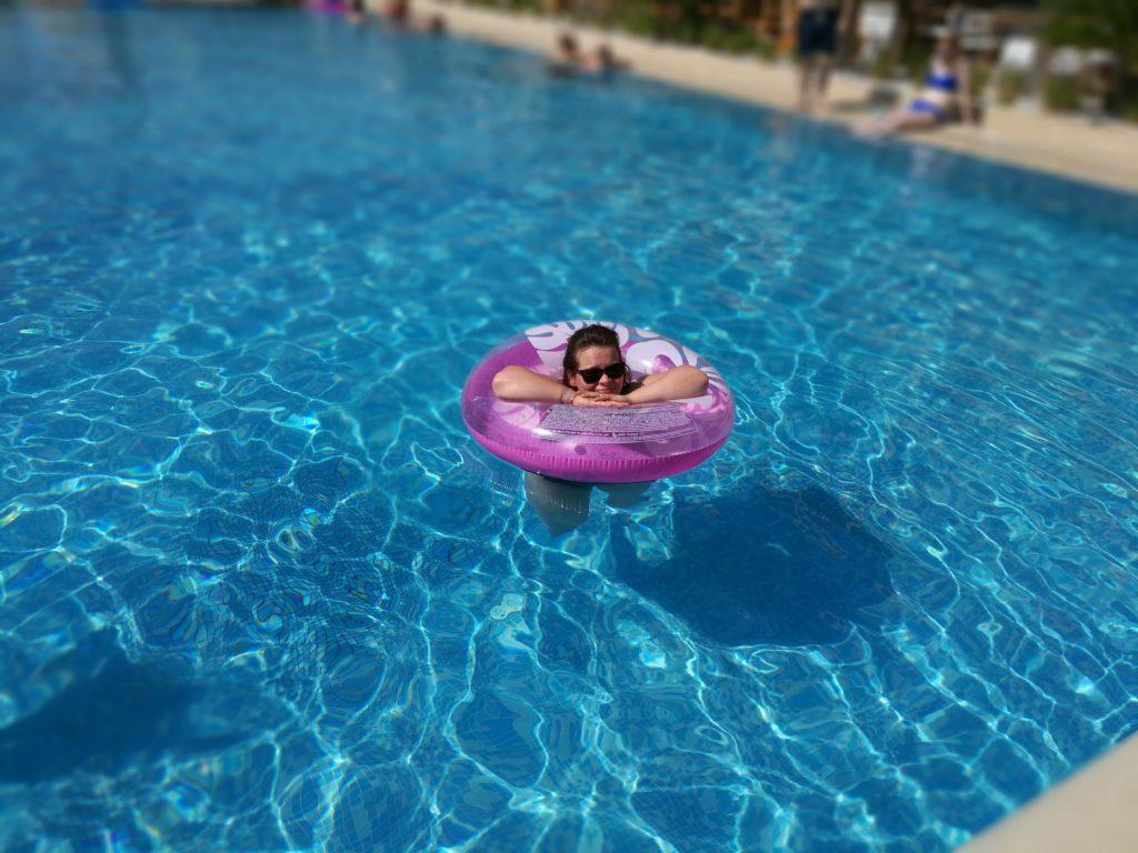 Uimarengas on aurinkoloman ykkösvarusteita