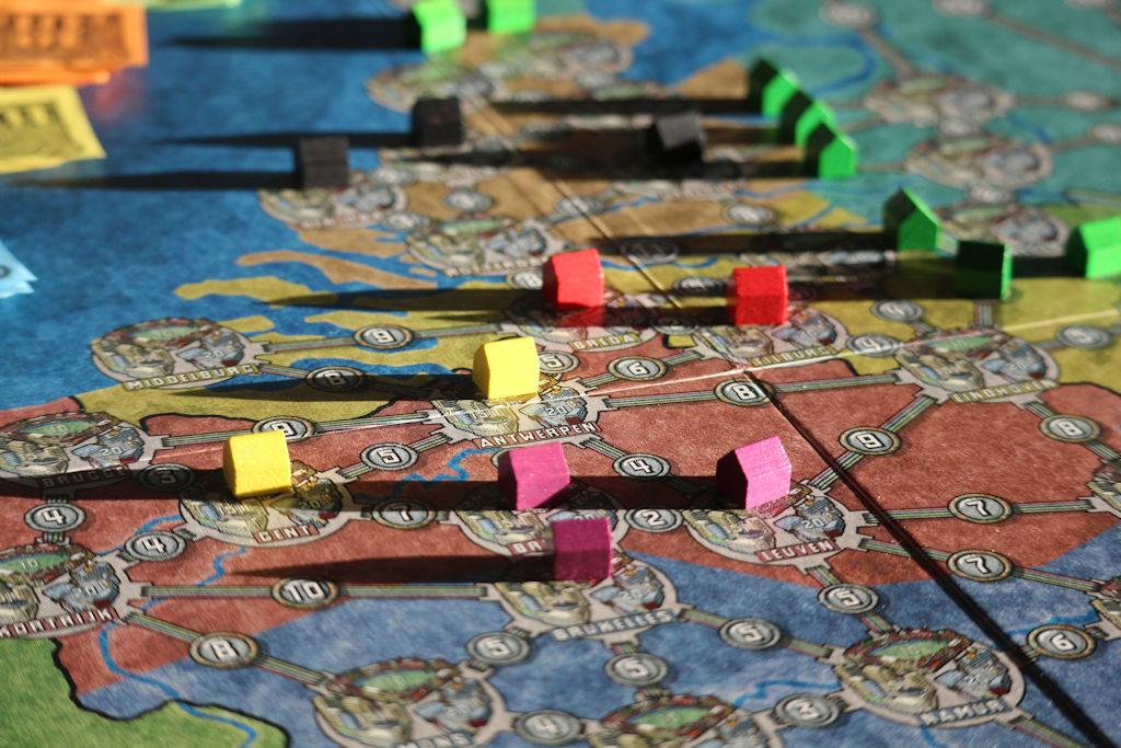 Antwerpenin ympäristö pienine siirtokustannuksineen houkutteli useamman pelaajan lähelleen. Toisten blokkaaminen kuuluu Power Gridin luonteeseen.