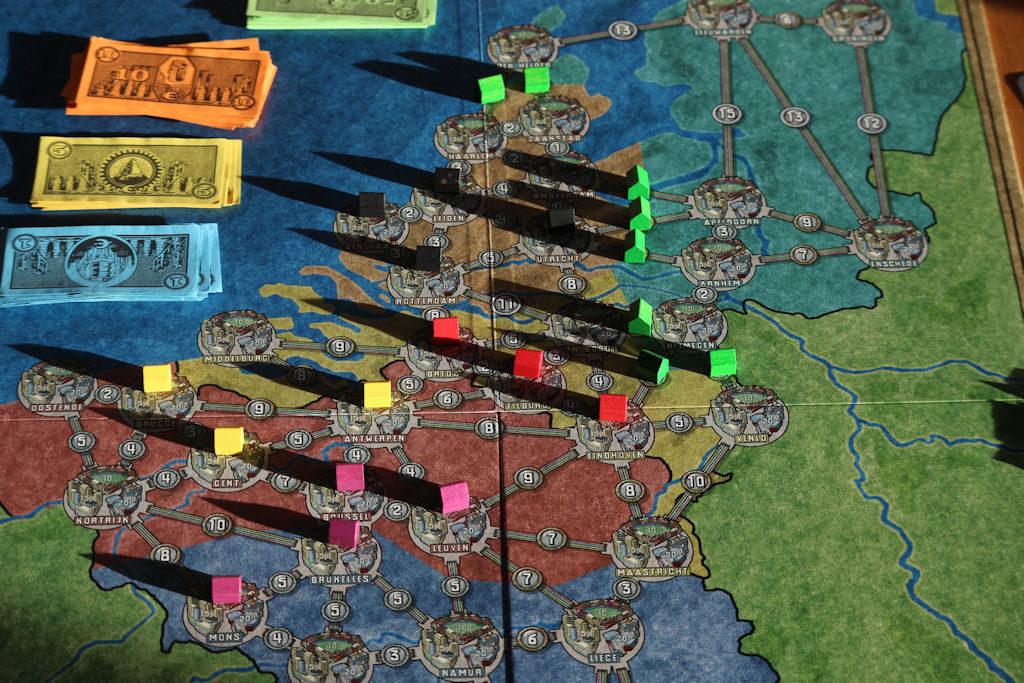 Benelux -karttaa laajemmin. Vihreät mökit eivät ole (tällä kertaa) pelissä, mutta niillä on rajattu ulos tietty osa kartasta, johon ei kukaan voi laajentaa.