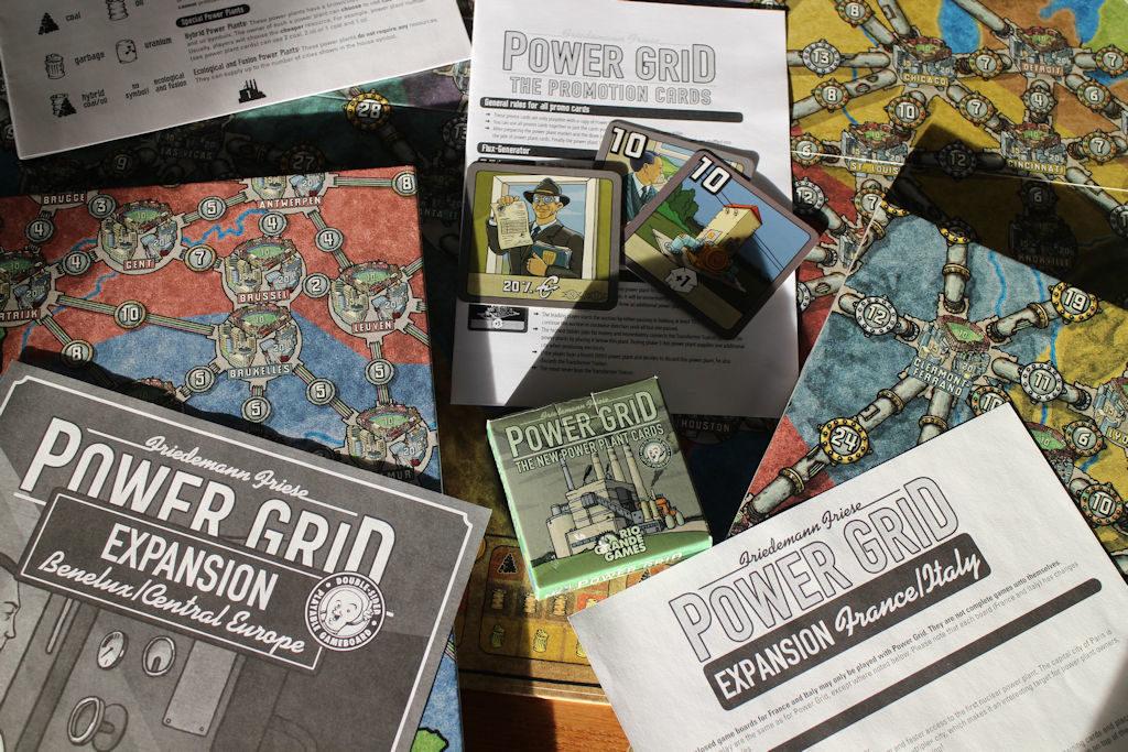 Power Grid tunnetaan lukuisista laajennusosista. Karttoja on kymmenittäin, on vaihtoehtoista voimalapakkaa ja iso kasa yksittäisiä lisäkortteja, joita on jaettu messuilla, lehtien mukana tms. Pelattavaa Power Gridissä riittää niin halutessaan tästä ikuisuuteen.