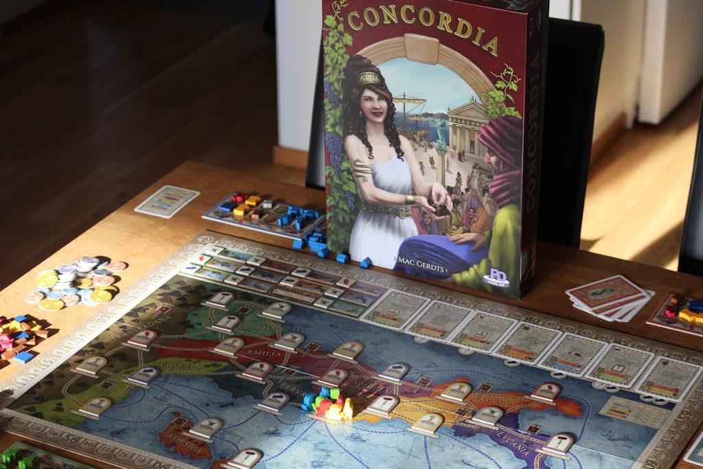 Concordian kansi ja mustikoilla (?) huulensa sinistänyt kaunotar.