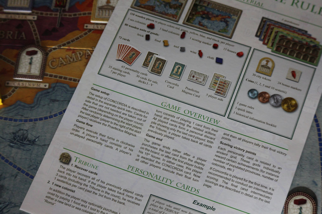 Sääntökirjan sivulle yksi (keskiosa) mahtuu koko pelin kulku. Ne pari muuta selventävät korttien toimintoja.