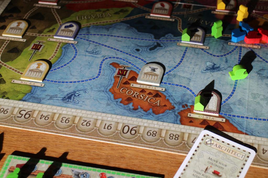 Vihreä pelaaja aloitti pelin joukkojen siirrolla ja näin kierroksella yksi on tuotantolaitos Korsikan saarella.