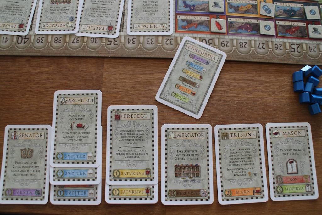 Pelin loppuessa ostetut kortit järjestetään lajeittain ja niiden määrästä saa kertoimen varsinaisiin pelilaudan tapahtumiin. Veikeä systeemi.