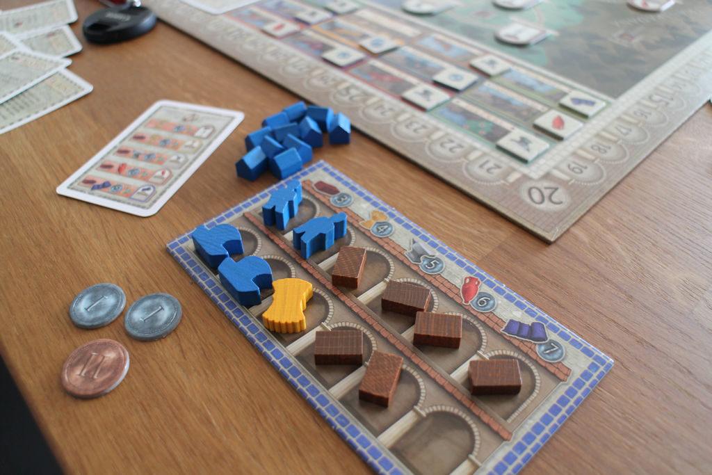 Sinisen pelaajan varasto täyttyy tiilistä. Tiiliä tarvitsee tuotantolaitosten rakentamiseen, mutta joku raja sentään - näistä osa menee varmasti myyntiin.