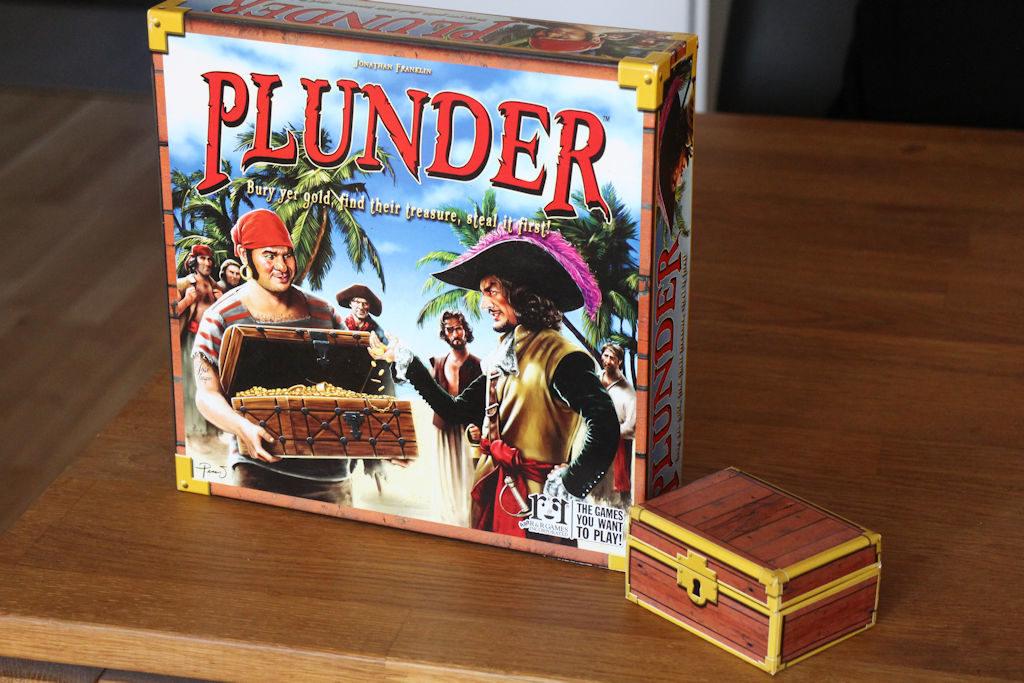 Plunderin kansikuvataide on onnistunut, graafinen ilme itse pelissä sitä vastoin Arts & Letters -tasoa. Kuvassa myös pelin aarrearkku.