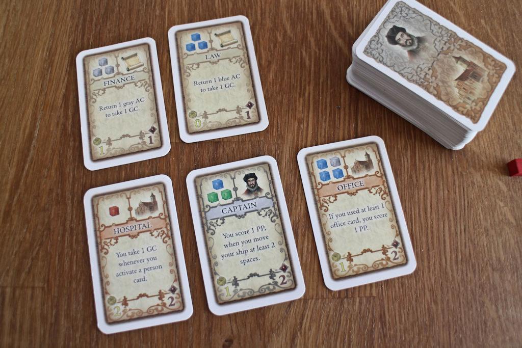 Joka kierros tarjolla on kaksi ylärivin mukaista toimisto-korttia, joilla yksittäisen kuution vaihtaa rahaksi. Lisäksi on henkilö- ja rakennuskortteja. Huomatkaa nostopakan koko, josta yksittäiseen peliin tulee vain noin puolet korteista.