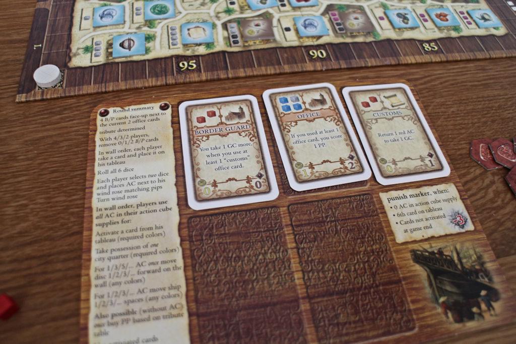 Pelaajien apulaudasta löytyvät kaikki pein vaiheet ja lisäksi lauta toimii välisäilönä korteille, josta ne pitää aktivoida (hinta korteissa kuutioina) ennen kuin niitä voi käyttää.