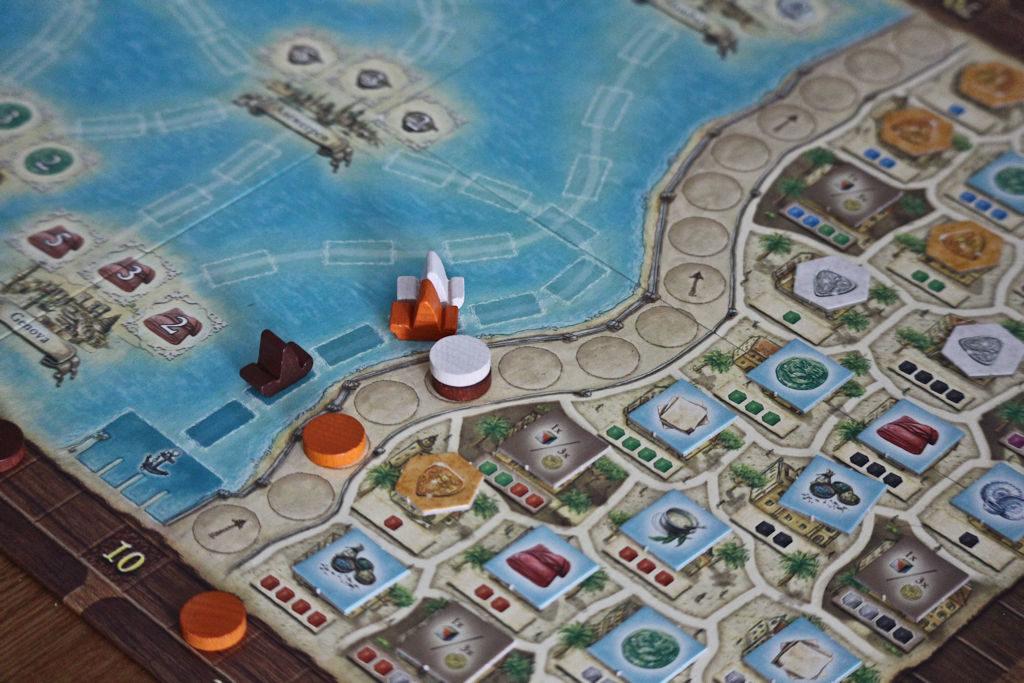 Etualalla Macaon kaupunki, josta ostetaan tuotteita muualle myytäväksi. Lisäksi vuorojärjestys-muuri ja pelaajien laivat.