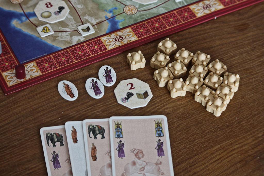Parin kierroksen huutokaupan jälkeen matkaan tarttui norsuenemmistöllä tuotelaatta (2) sekä oranssi- että violettilaatat. Violetit bonukset vaihtuvat nyt violetin korttiin.