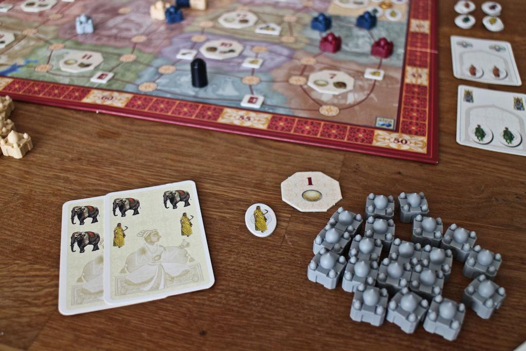 Vahva norsualoitus. Tarjolla on tuotelaatta, joka kombottaa mukavasti jo aiemman laatan (1) kanssa. Keltaisten bonuskorttikin olisi mukava plussa.