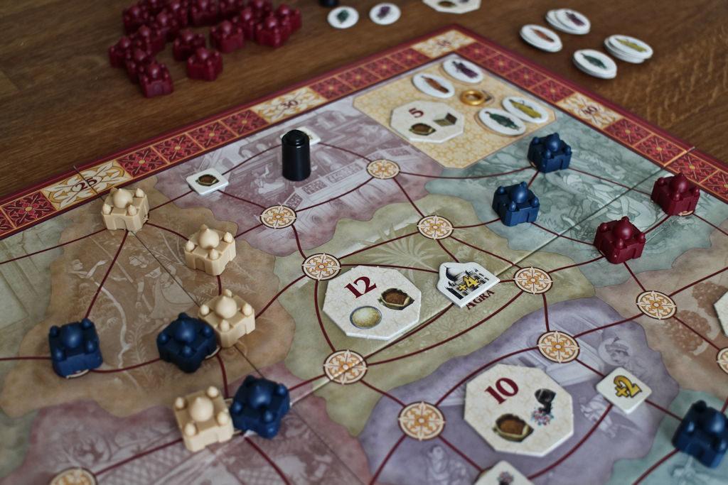 Kierrokselle viisi lähdettäessä pelilaudan temppeliketjutukset ovat mahdollisia jo useammalle pelaajalle.