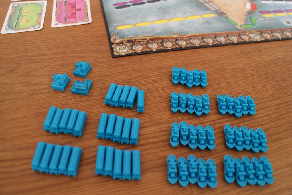Sininen pelaaja on alkuvalintansa tehnyt: 25 junaa, 35 laivaa. Lisäksi ne pakolliset 3 satamaa.