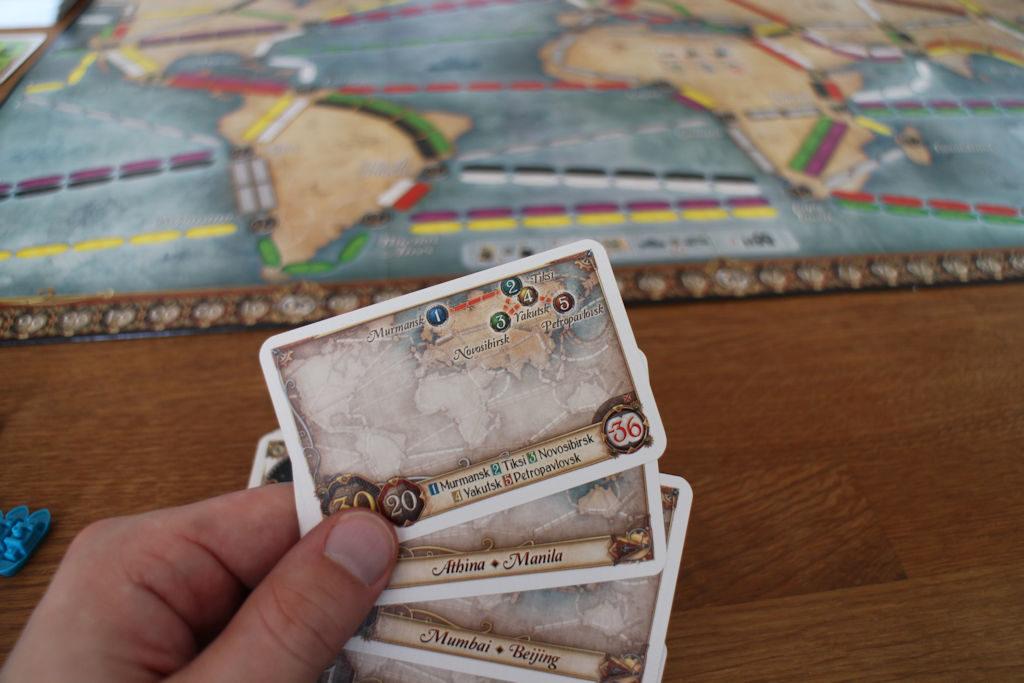 Yksi pelin uutuuksista: osassa reittikorteista on useampi kaupunki ja järjestys, jossa reitistä on tarkoitus suoriutua.